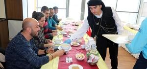 Hastane çalışanları farklı kültürlerin yöresel yemeklerini tadıyorlar