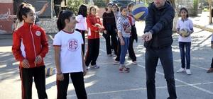 Antalyaspor Teknik Direktörü Leonardo'dan okul ziyareti