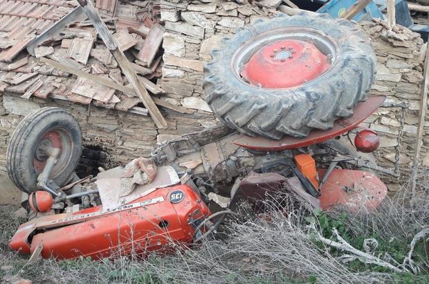 Salihli'de traktör eve çarptı