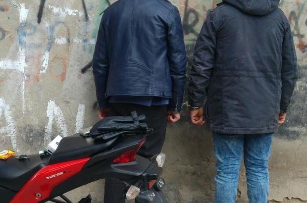 Çaldıkları motosikleti parçalarken yakalandılar