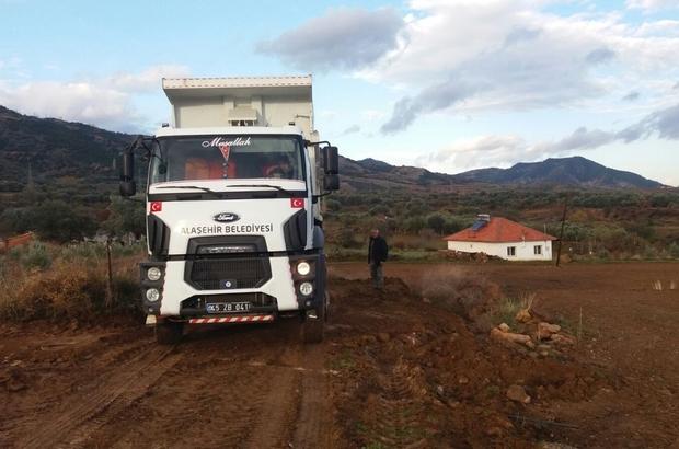 Alaşehir'de yol düzenleme çalışmaları devam ediyor