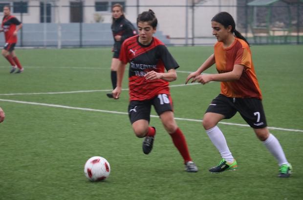 Kadın futbolcular, şiddeti önlemek için sahaya çıktı