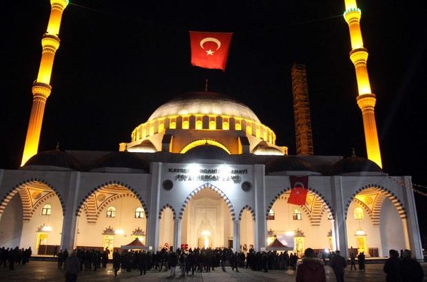 Kayseri ve bölgenin en büyük camisi ibadete açıldı