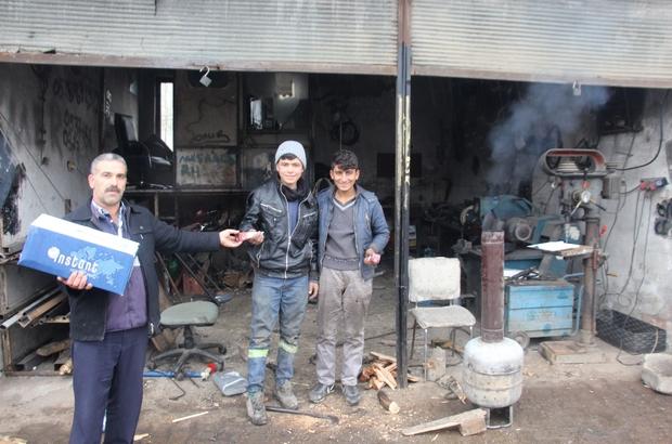Hani'de vatandaşlara kandil lokumu ve şekeri dağıtıldı