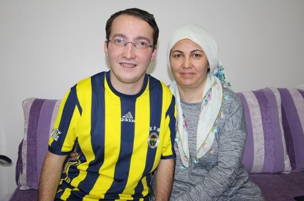 Engelli oğlunu üniversiteye kadar sırtladı