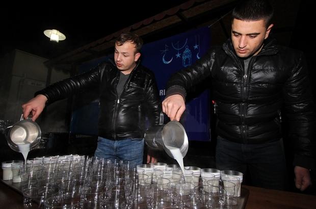 Saruhanlı Belediyesi Kandil gecesi süt dağıttı