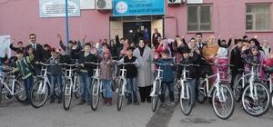 Büyükşehir Belediyesi öğrencilere bisiklet hediye etti