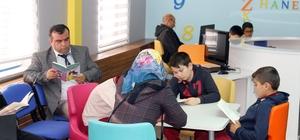 Akdağmadeni'nde öğrenci, veli ve öğretmenler birlikte kitap okuyor