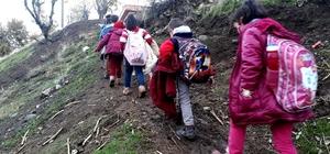 Öğrenciler çamurlu patika yolda okula gidiyor