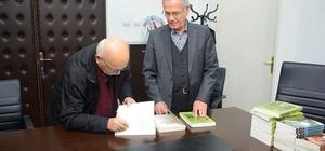 Çalışan kitaplarını imzalayarak Başkan Acar'a hediye etti