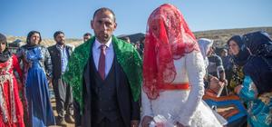 Göçerlerin zorlu mesaisine düğün molası