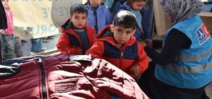 Suriyeli çocuklara mont yardımı
