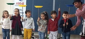 Minik öğrencilere jonglörlük gösterisi