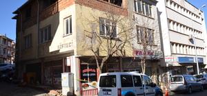 Metruk binadan kopan beton parçaları öğretmeni yaraladı
