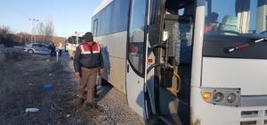 Beyşehir'de, jandarma timlerinden servis araçlarına denetim