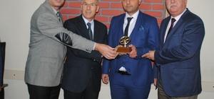 Tes-İş Şube Başkanı Aydın, duyarlı şoförün ödülünü verdi