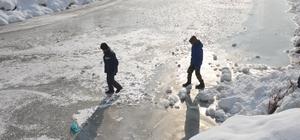 Yüksekova deresi çocukların kayak pisti oldu