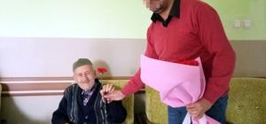 Huzurevi sakinlerine çiçek dağıtarak yargılanmaktan kurtuldu