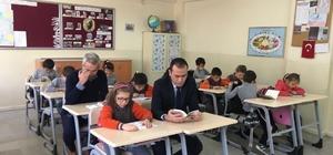 Balya'da Kaymakam Topuz öğrencilerle birlikte kitap okudu