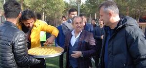 STK başkanlarından futbolculara tatlı ikramı