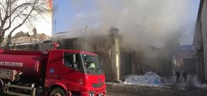 Kars'ta, metruk bina ateşe verildi