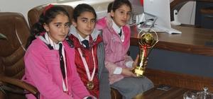 Müdür Aksoy, hentbolcu kızları kabul etti