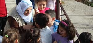 Öğrencilerden şehit annesini duygulandıran hediye