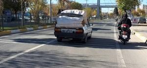 Üzerine torbalar yüklenen otomobil tehlike saçtı