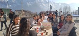 Karlı Sümbül Dağı manzaralı piknik keyfi