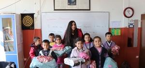 Üniversite öğrencisinden ilkokul öğrencilerine yardım