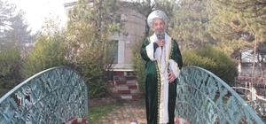 Ertuğrul Gazi kıyafetiyle türbeleri geziyor