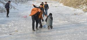 Ağrılı çocuklar soğuk havayı eğlenceye dönüştürdü