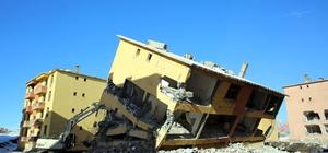 Atıl durumdaki afet konutlarının yıkımına başlandı