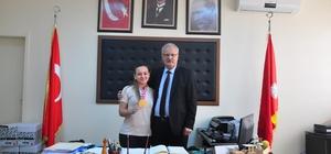 Genç kız, karate şampiyonasında aldığı ödülü, okul müdürüne hediye etti