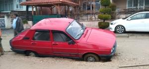 Selendi'de yol çöktü, otomobil çukura düştü