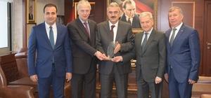 Cumhurbaşkanı ve Başbakan'dan alınan ödül Vali Ayyıldız'a teslim edildi