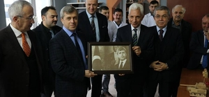 Rektör Vekili Azar, Vali Çınar'a portre hediye etti