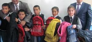Suriyeli ve Türk öğrencilere okul çantası ve mont