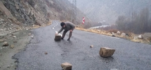 Yola düşen dev kaya parçaları sürücülere zor anlar yaşattı