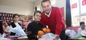 Menderes'in mandalinaları çocuklara