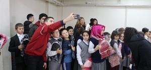 Öğrenciler köy çocuklarını sevindirdi