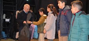 Yüksekova'da öğrencilere kırtasiye ve spor malzemesi desteği