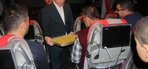 Vali Gül, yeni yıla otobüste giren yolculara tatlı ikram etti
