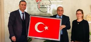 Müdür Aydoğdu'ya Türk bayrağı hediye edildi