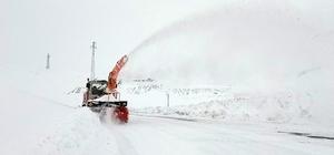 Van-Bahçesaray yolunda karla mücadele çalışması