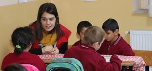 Okul okul dolaşıp öğrencilere dürüstlüğü anlatıyorlar
