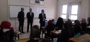 Burhaniye'de Kaymakam Öner, öğrencilerle kitap okumaya devam ediyor
