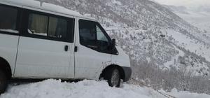 Siirt'te kara saplanan askerleri taşıyan minibüs kurtarıldı