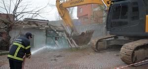 Tehlike arz eden metruk evler yıkılıyor
