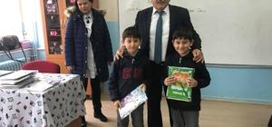 Başkan Şahin yarıyıl tatiline girecek öğrencilere kitap dağıttı